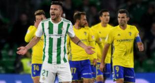 Alin Tosca gesticula tras uno de los goles del Cádiz en el Villamarín (Foto: J. J. Úbeda)
