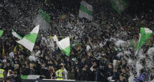 Papelillos y banderas de la afición del Betis (Raúl Doblado)