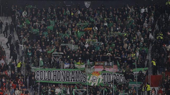 Los aficionados del Betis en el Sánchez-Pizjuán (Foto: Raúl Doblado).