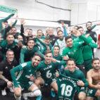 Los jugadores béticos celebran en el vestuario el triunfo en el derbi (Foto: Real Betis).