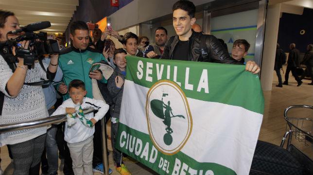 Marc Bartra posó con los aficionados béticos que lo recibieron en San Pablo (Foto: Raúl Doblado/ABC)