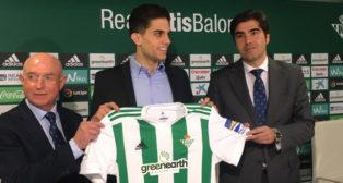 Marc Bartra posa con Ángel Haro y Lorenzo Serra Ferrer con la camiseta del Betis (Foto: J. S.)