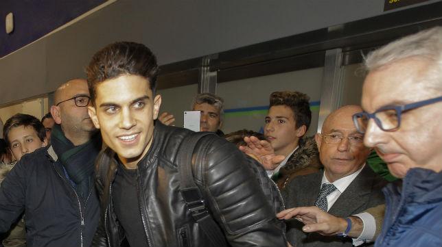 Marc Bartra, seguido de Lorenzo Serra Ferrer, ayer a su llegada a Sevilla (Foto: Raúl Doblado)
