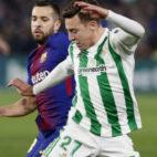 Francis defiende un balón ante Jordi Alba