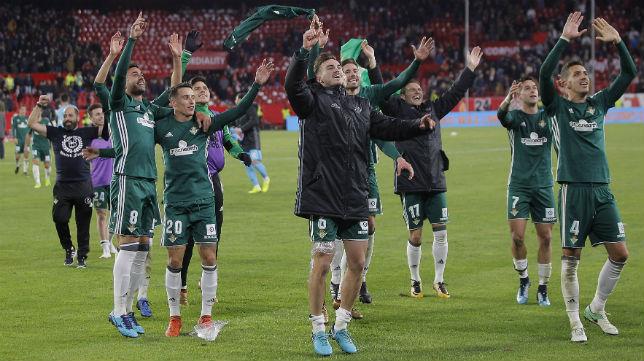 Los jugadores del Betis celebran el triunfo por 3-5 frente al Sevilla en el Sánchez-Pizjuán