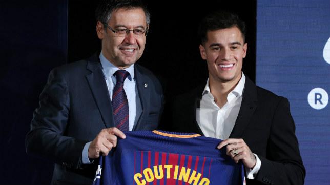 Coutinho, junto a Bartomeu, en su presentación como jugador del FC Barcelona