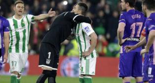 El portero del Leganés, Cuéllar, abraza a Rubén Castro antes del lanzamiento del penalti (Foto: J. M. Serrano)