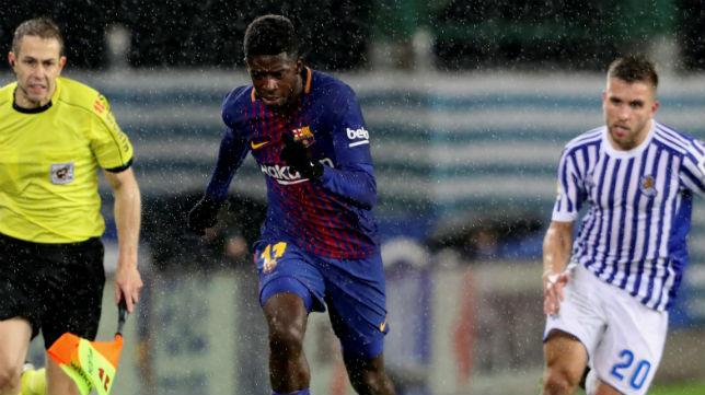 Dembélé se marcha en velocidad del jugador de la Real Sociedad Kévin Rodrigues (Foto: EFE)