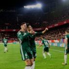 Fabián celebra su gol con Sergio León en el derbi Sevilla-Betis