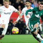 Fabián dispara a gol ante Kjaer en el derbi Sevilla-Betis