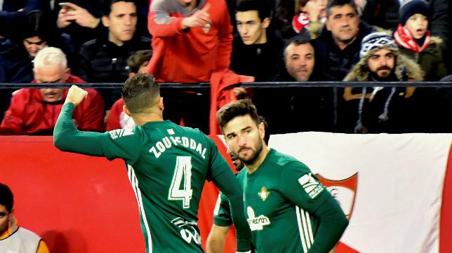 Feddal celebra su gol con Barragán en el derbi Sevilla-Betis