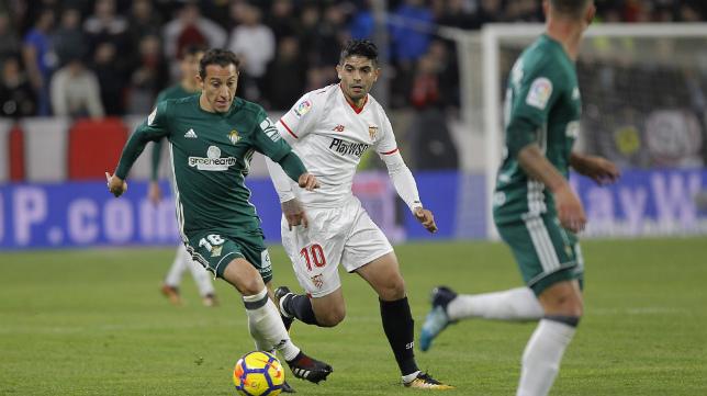 Guardado y Banega en un lance del Sevilla-Betis