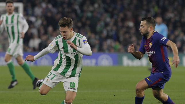 Francis controla el balón ante el jugador del Barcelona Jordi Alba (Foto: Raúl Doblado)