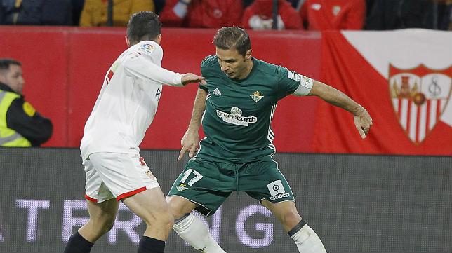 Joaquín encara a Escudero en el derbi jugado en el Sánchez-Pizjuán (Foto: Raúl Doblado)