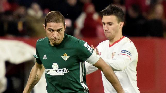 Joaquín trata de marcharse de Corchia durante el derbi ante el Sevilla