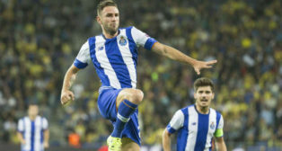 Miguel Layún celebra un gol con el Oporto. Foto: AFP