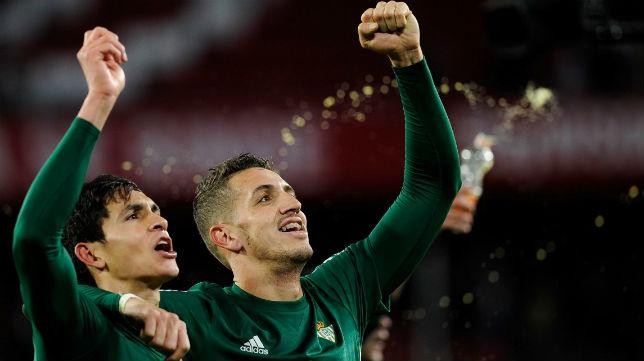 Mandi y Feddal celebran la victoria en el derbi (Foto: AFP)