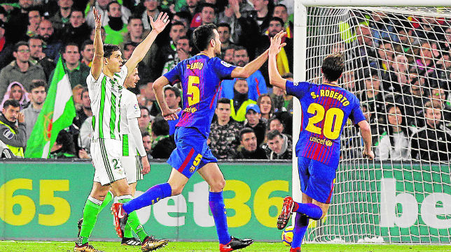 Mandi protesta al asistente mientras Busquets y Sergi Roberto celebran uno de los goles del Barcelona (Foto: Raúl Doblado)