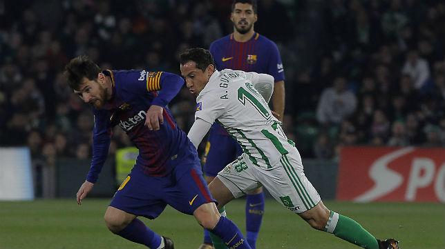 Leo Messi se zafa de la presión de Andrés Guardado durante el Betis-Barcelona (Foto: Raúl Doblado)