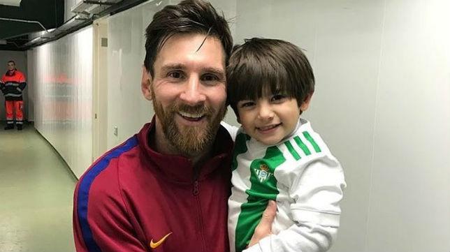 Máximo, hijo de Andrés Guardado, posó en brazos de Messi tras el Betis-Barcelona del domingo (Foto: @sandradlv)