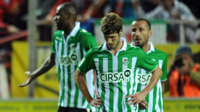 Rubén Pérez se lamenta durante el derbi jugado en noviembre de 2012 (Foto: J. J. Úbeda)