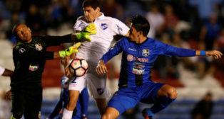 Agustín Rogel entra a cabecear un balón en un partido con el Nacional de Montevideo (Foto: Reuters)
