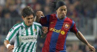 Ronaldinho y Edu pugnan por un balón en un Barcelona 3-0 Betis del curso 07-08 (Foto: EFE)