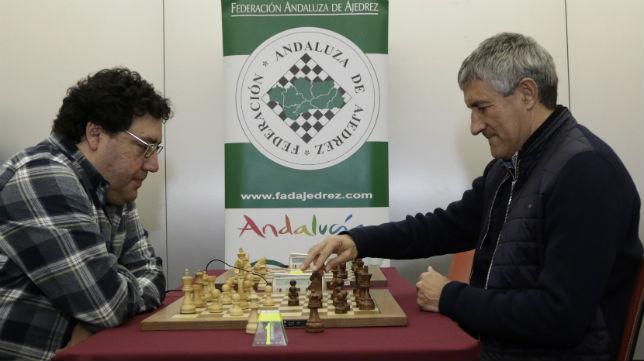 Setién disputa una partida junto al director del Abierto Internacional de Ajedrez «Ciudad de Sevilla», Ismael Terán (Foto: Juan Flores)