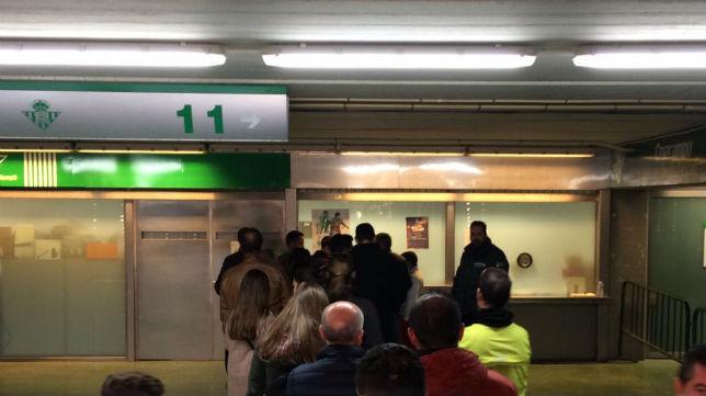 Venta de entradas en las taquillas del Benito Villamarín para la visita del Barcelona (Foto: F. M.)