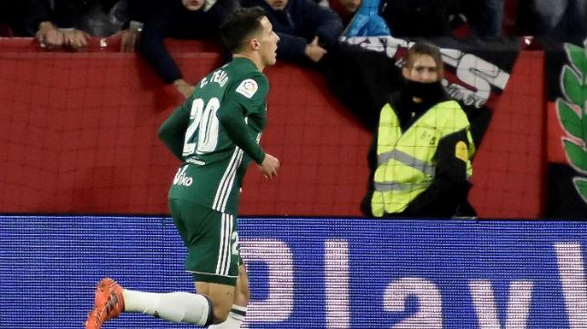 Tello corre tras anotar el quinto gol del Betis ante el Sevilla en el Sánchez-Pizjuán (Foto: EFE)
