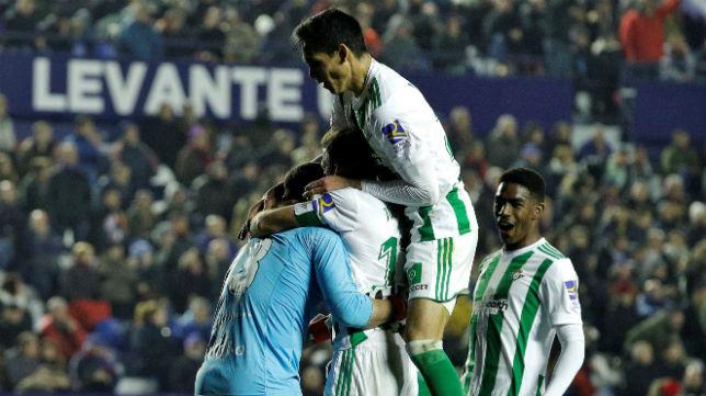 Varios jugadores del Betis se abrazan a Adán tras la asistencia del madrileño a Sergio León en el Levante 0-2 Betis (Foto: EFE)