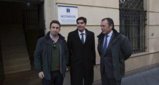 López Catalán, Haro y Sanguino, ante la notaría (Foto: M. J. López Olmedo).