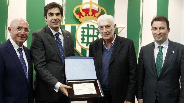 Serra, Haro y Catalán entregan a Rogelio su placa por el 40 aniversario de la Copa del Rey (Foto: Real Betis)