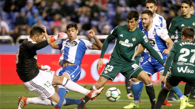 Adán despeja ante Juanfran y Mandi (Foto: EFE).