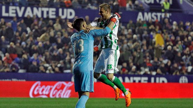 Adán y Joaquín celebran el 0-2 ante el Levante (Foto: EFE).