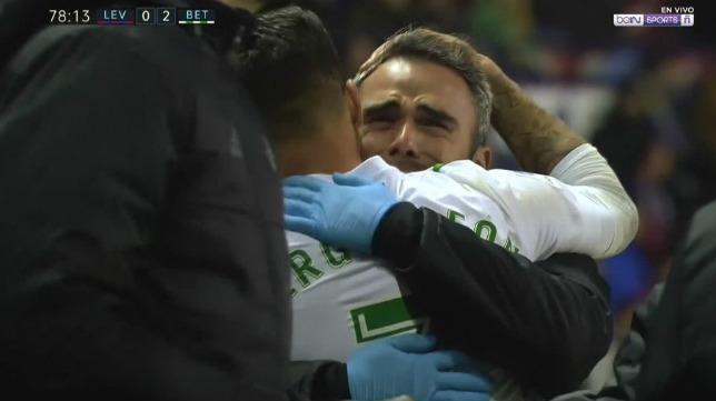 Fran Ballesteros se abraza con Sergio León tras dedicarle éste su gol al Levante