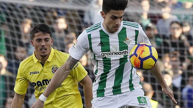 Bartra trata de controlar el balón en el partido ante el Villarreal (Foto: EFE)