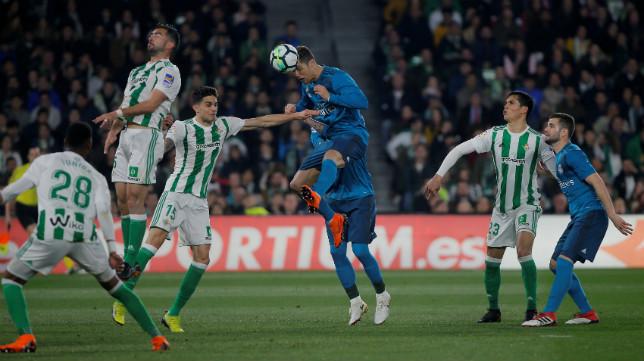 Cristiano remata durante el Betis-Real Madrid