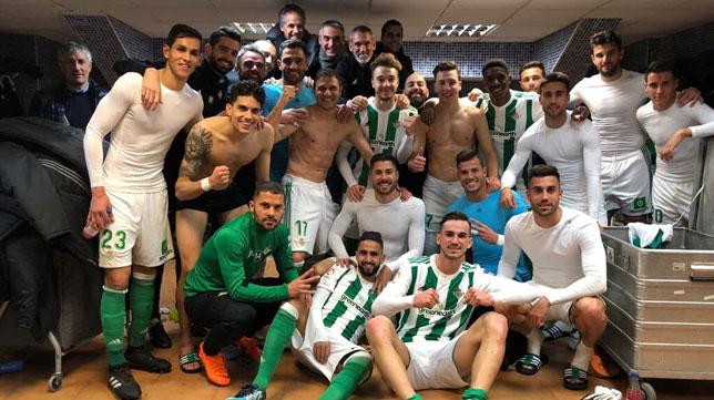 Los jugadores del Betis celebran en el vestuario del Ciudad de Valencia el triunfo ante el Levante (0-2).