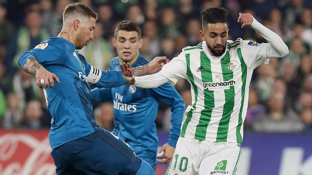 Ryad Boudebouz trata de superar a Sergio Ramos durante el Real Betis-Real Madrid (Foto: EFE)