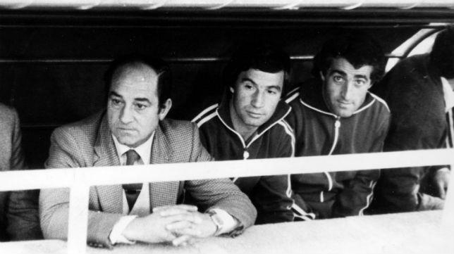 Carriega, en el banquillo del Betis junto a López y Bizcocho (Foto: ABC)