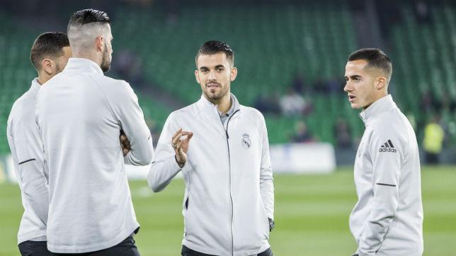 Dani Ceballos dialoga con algunos compañeros del Madrid antes del partido ante el Betis (Foto: LaLiga)