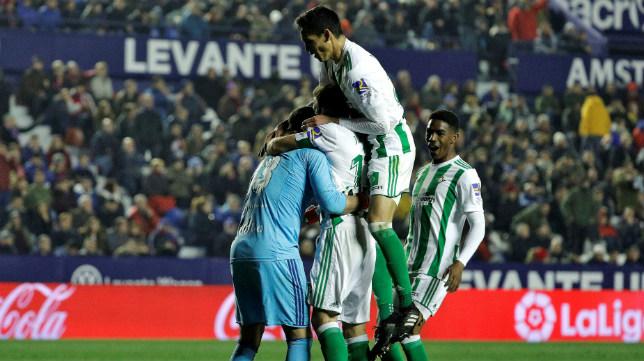 Los jugadores del Betis celebran el 0-2 en el Levante-Betis