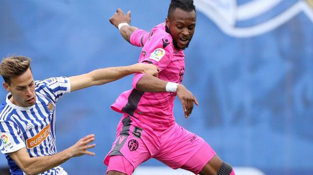 El centrocampista de la Real Sociedad Canales lucha un balón con el del Levante Doukouré (Foto: EFE)