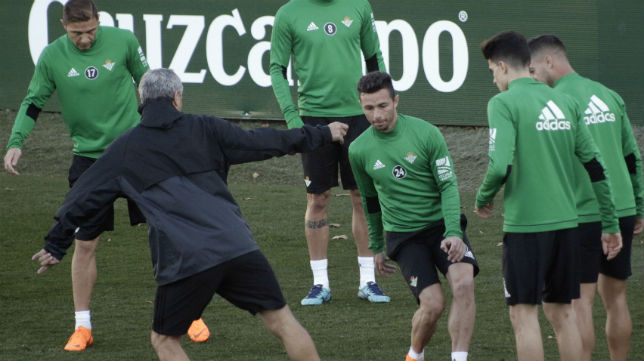 Joaquín, Bartra y Rubén Castro, entre otros, juegan en un rondo con Setién en un entrenamiento del Betis (Foto: Juan Flores/ABC)