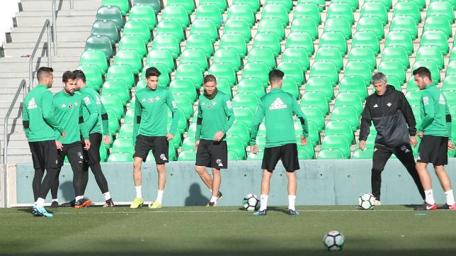 Setién y sus jugadores se entrenan en el Benito Villamarín (Foto: M. J. López)