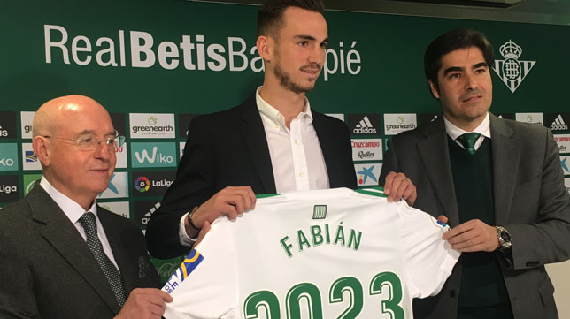 Fabián posa, junto a Haro y Serra Ferrer, con la camiseta conmemorativa de su renovación (Foto: J. S.)