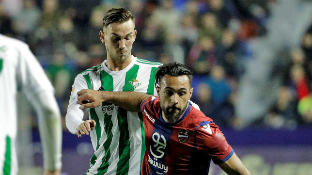 Fabián pugna con Ivi por un balón durante el Levante-Betis (Foto: EFE)