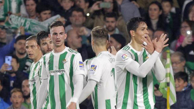 Fabián y Mandi, dos de los internacionales del Betis, celebran un tanto del argelino