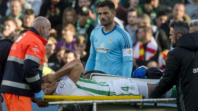 Feddal es retirado en camilla tras lesionarse ante el Villarreal (Foto: J. J. Úbeda)